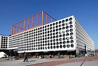 Nederland Amsterdam - 2018.  The Ravel Residence. Ravel Residence is een modern studentencomplex op Zuidas dat bestaat uit 800 zelfstandige studentenwoningen. Op het dak is een sportveld aangelegd.  Het complex is ontworpen door OZ architect.  Foto Berlinda van Dam / Hollandse Hoogte