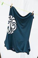 20140805 Vilda-l&auml;ger p&aring; Kragen&auml;s. Foto f&ouml;r Scoutshop.se<br /> Scout t-shirt, uppochned, vit bakgrund, h&auml;nger, kl&auml;nypor