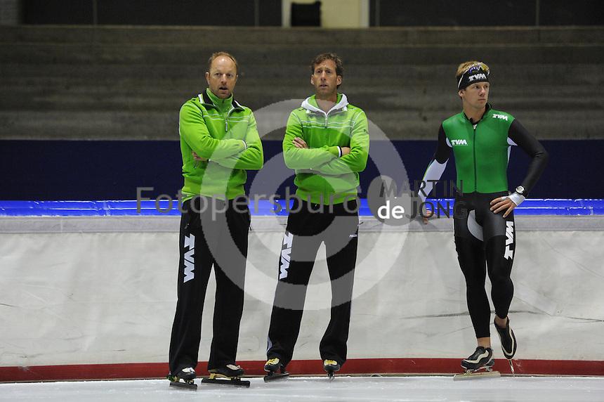 SCHAATSEN: HEERENVEEN: Thialf, 25-06-2012, Zomerijs, TVM schaatsploeg, trainer Gerard Kemkers, assistent-trainer Rutger Tijssen, Douwe de Vries, ©foto Martin de Jong