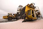 Camargue-Aigues Mortes. Le saline sono in produzione tutto l'anno. A parte il Fleur de sal, raccolto a man, si utilizzano degli speciali carterpillar per la raccolta del sale.