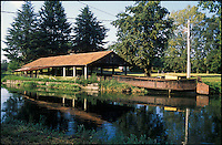 Il Naviglio Grande presso Cuggiono (Milano). Vecchio barcone usato un tempo per il trasporto di merci --- Naviglio Grande canal near Cuggiono (Milan). An old pontoon used in the past to transport goods