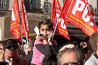 turchi manifestano , a Parigi,a favore delle proteste in Turchia contro Erdogan 3 giugno 2013, bambina con occhiali in mezzo a bandiere del partito comunista francese