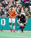 BLOEMENDAAL   - Hockey -  3e en beslissende  wedstrijd halve finale Play Offs heren. Bloemendaal-Amsterdam (0-3). Nicki Leijs (A'dam) met Glenn Schuurman (Bldaal) .Amsterdam plaats zich voor de finale.  COPYRIGHT KOEN SUYK