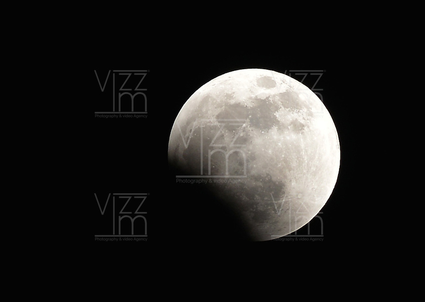 "BOGOTA -COLOMBIA. 27-09-2015: Eclipse lunar observado desde Colombia y es el  último de la tétrada de ""Lunas Rojas"" que se repite cada seis meses en un lapso de año y medio y volverá a verse en el 2018./ Aspect of the lunar eclipse seen from Colombia and is the last of the tetrad of ""Red Moons"" (four total lunar eclipses in series) that repeats each six months in a span of a year and half and will be seen until 2018.   Photo: VizzorImage/ Gabriel Aponte / Staff"