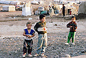 Irak 2000. Les enfants du camp de Talahi, prés de Dohok. Ce camp accueille les familles kurdes qui reviennent d'Iran et qui attendent d'ètre relogées dans des maisons ou appartements.   Iraq 2000. Children in Talahi camp near Dohok. The Kurds coming back from Iran have to wait in this camp before to have an house or an apartment.