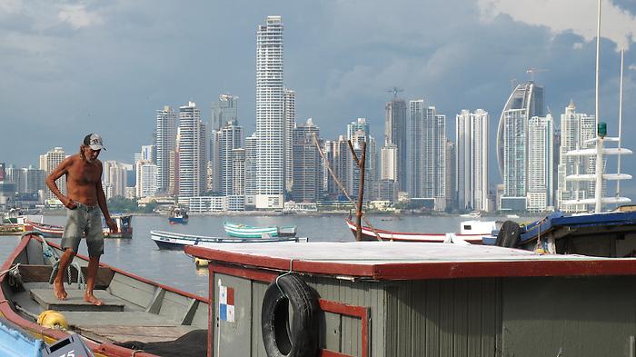 &quot;So&ntilde;&eacute; con tiempos donde la voluntad del hombre permanec&iacute;a virgen, donde todos sus anhelos quedaban lejanos a un futuro sin esperanzas&quot;.<br /> <br /> <br /> El pescador y la ciudad / antiguo muelle fiscal, Ciudad de Panam&aacute;.<br /> <br /> Edici&oacute;n de 25 | V&iacute;ctor Santamar&iacute;a.
