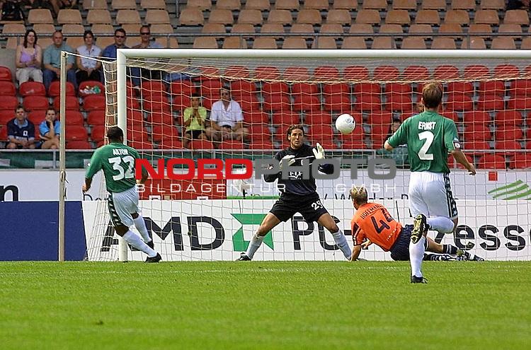 Fussball - Bundesliga<br />  SV Werder Bremen vs TSV 1860 Muenchen<br />  Ailton in der vierten Minute vor Loewens Keeper Simon Jentzsch<br /> <br /> <br /> <br /> [Foto &copy; nordphoto -  Foto ist honorarpflichtig! zzgl. gesetzl. MwSt.<br />  Belegexemplar erforderlich<br /> Adresse: nordphoto<br /> Georg-Reinke-Strasse 1<br /> 49377 Vechta