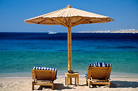 EGY, Aegypten, Sinai-Halbinsel, Sharm El Sheikh: Sonnenschirm und 2 Liegen am Strand | EGY, Egypt, Sinai peninsula, Sharm El Sheikh: parasol and two deck chairs at beach