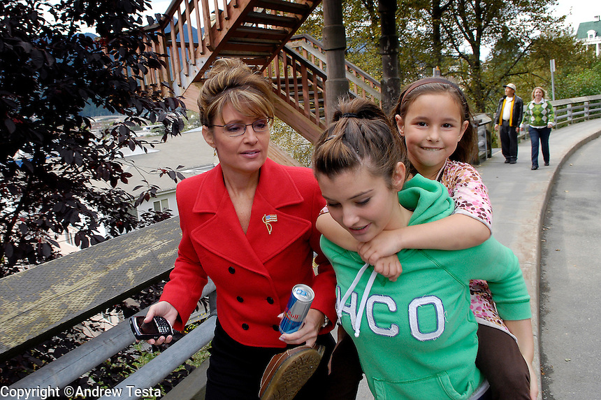 USA. Juneau.13th September 2007.On her way from the Governors Mansion to her office in the State Capitol, Sarah Palin is overtaken by her daughter Willow and her neice Mckinley..©Andrew Testa/Panos