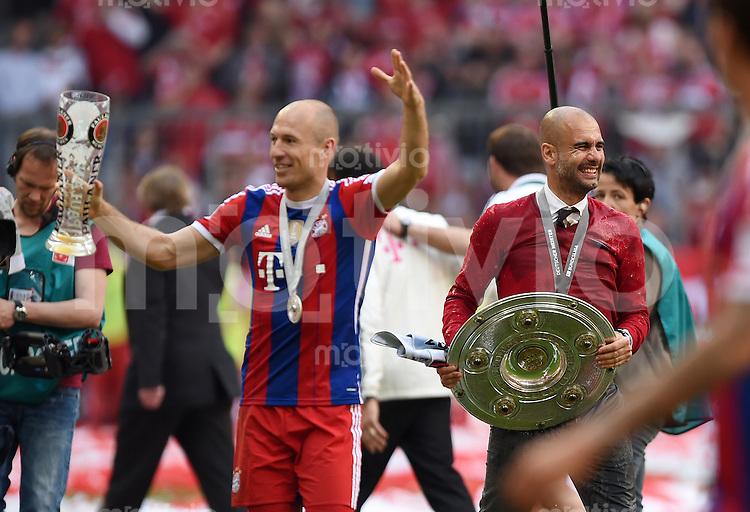 FUSSBALL   1. BUNDESLIGA   SAISON 2013/2014  34. SPIELTAG FC Bayern Muenchen - VfB Stuttgart             10.05.2014 Der FC Bayern feiert die 24. Deutsche Meisterschaft: Trainer Pep Guardiola (re) mit Meisterschale nach einer Weissbierdusche