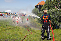 Brandweer spuit ierdereen schoon na een blubberrace