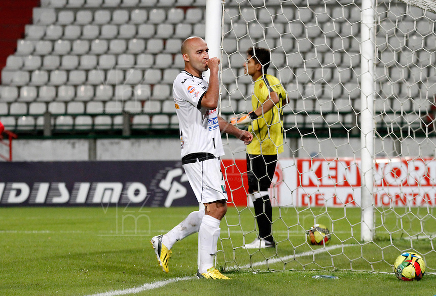 MANIZALES -COLOMBIA, 01-06-2013. Edward Jiménez (I) del Once Caldas celebra un gol en contra del Patriotas durante partido de la fecha 18 de la Liga Postobón 2013-1 realizado en el estadio Palogrande de Manizales./ Edward Jimenez of Once Caldas celebrates a goal against Patriotas during match of the 18th date of Postobon  League 2013-1 at Palogrande stadium in Manizales. Photo: VizzorImage/Yonboni/STR