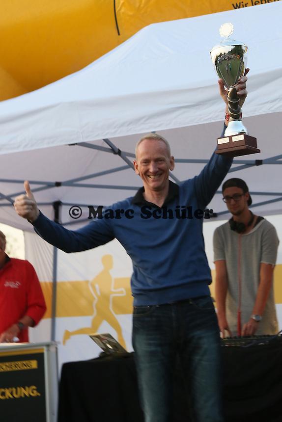 OPEL-Vorstandsvoristzender Karl-Thomas Neumann bekommt den Pokal für das stärkste Firmenteam stellvertretend für alle 1700 OPEL-Mitarbeiter von Oberbürgermeister Patrick Burghardt - 4. OPEL Firmenlauf, Stadion am Sommerdamm