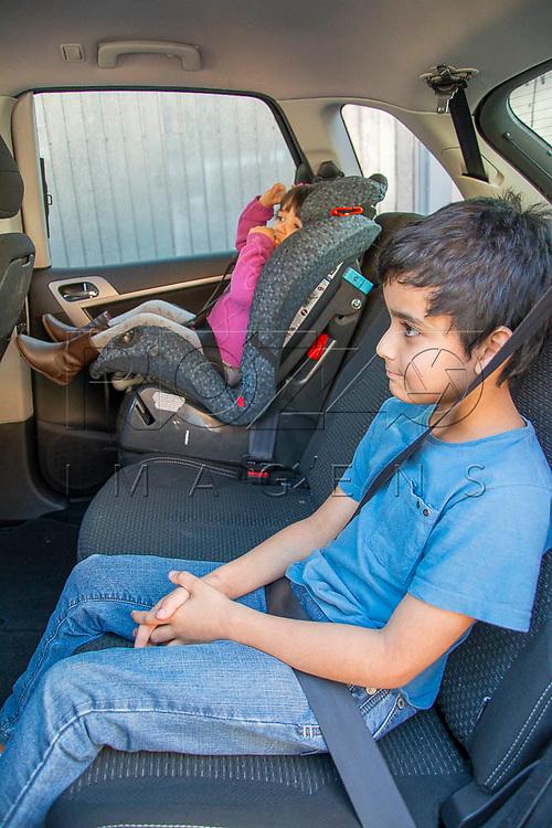 Crianças sendo transportadas no banco traseiro do carro, São Paulo - SP, 08/2016.
