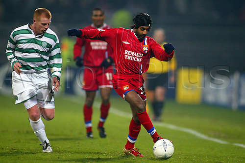 10.12.2003  Vikash Dhorasoo (Lyon) challenged by Neil Lennon (Celtic)