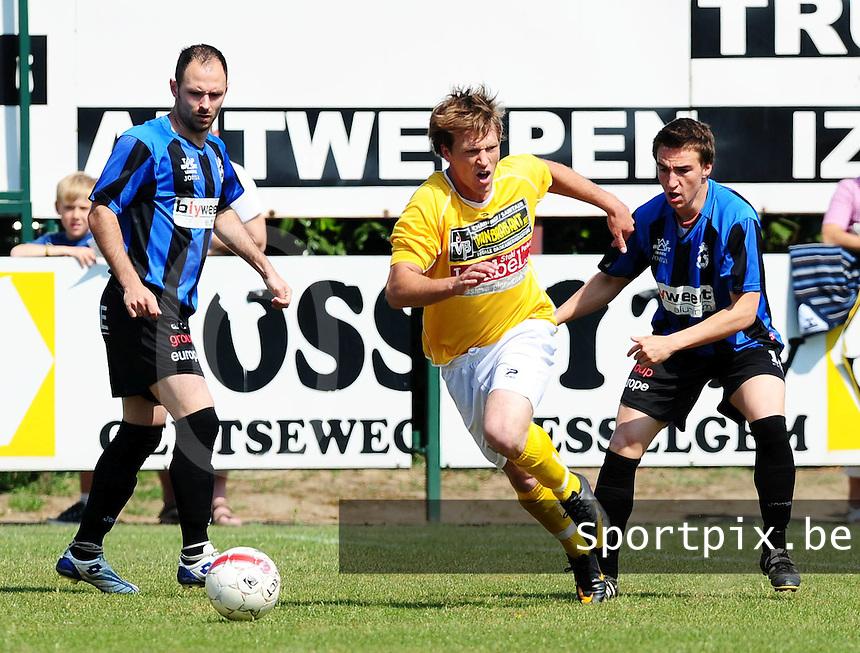 SC Wielsbeke  - VW Hamme : Tidjy Carton spurt naar de bal toe voor Fabiano Scarpino (links) en Tjorven Quintelier.foto VDB / BART VANDENBROUCKE