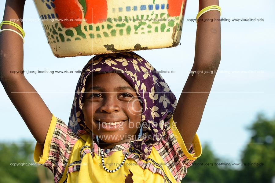 CHAD, Goz Beida, refugee camp Djabal for refugees from Darfur, Sudan, Darfuri carry carry a enamel bowl on the head / TSCHAD, Goz Beida, Fluechtlingslager Djabal fuer Fluechtlinge aus Darfur, Sudan