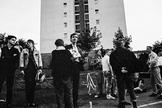 Hess-Tod 1987 in West-Berlin.<br /> Alt- und Neonazis pilgerten am 20. August 1987 vor das Alliierten Kriegsverbrechergefaengnis in Berlin-Spandau, nachdem am 17. August der Selbstmord des dort inhaftierten Hitler-Stellvertreters Rudolf Hess bekannt geworden war. Die Nazis bezweifelten noch in der Nacht der Bekanntgabe des Todes, dass es Selbstmord gewesen sei und verbreiteten, dass Rudolf Hess umgebracht wurde.<br /> Im Bild: Mitglieder der &quot;Jungen Nationaldemokraten&quot;, der Jugendorganisation der rechtsextremen NPD vor dem Militaergefaengnis.<br /> 20.8.1987, Berlin<br /> Copyright: Christian-Ditsch.de<br /> [Inhaltsveraendernde Manipulation des Fotos nur nach ausdruecklicher Genehmigung des Fotografen. Vereinbarungen ueber Abtretung von Persoenlichkeitsrechten/Model Release der abgebildeten Person/Personen liegen nicht vor. NO MODEL RELEASE! Nur fuer Redaktionelle Zwecke. Don't publish without copyright Christian-Ditsch.de, Veroeffentlichung nur mit Fotografennennung, sowie gegen Honorar, MwSt. und Beleg. Konto: I N G - D i B a, IBAN DE58500105175400192269, BIC INGDDEFFXXX, Kontakt: post@christian-ditsch.de<br /> Bei der Bearbeitung der Dateiinformationen darf die Urheberkennzeichnung in den EXIF- und  IPTC-Daten nicht entfernt werden, diese sind in digitalen Medien nach &sect;95c UrhG rechtlich geschuetzt. Der Urhebervermerk wird gemaess &sect;13 UrhG verlangt.]