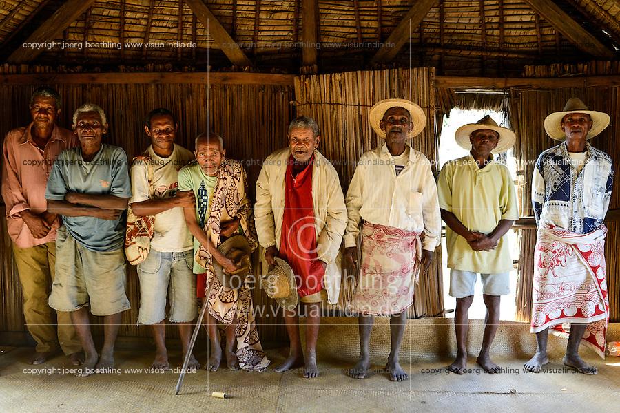 MADAGASCAR, Mananjary, canal des Pangalanes, village AMBOHITSARA, tribe ANTAMBAHOAKA, fady or taboo, according to the rules of their ancestors twin children are a taboo and not accepted in the society, meerting of clan chiefs who control the fady of ancestors / MADAGASKAR, Mananjary, Dorf AMBOHITSARA, Zwillinge sind nach dem Ahnenkult ein Fady oder Tabu beim Stamm der ANTAMBAHOAKA, Treffen der clan chiefs, im Dorf gibt es 12 clans, die Haeuptlinge wachen ueber den Ahnenkult