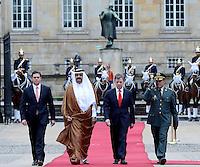 BOGOTA - COLOMBIA- 15-02-2013: Hamad Bin Khalifa Al Thani (2Izq.) Emir del Estado de Qatar, Juan Manuel Santos (2Der), Presidente de Colombia, Juan Carlos Pinzón (Izq.), Ministro de Defensa Nacional y el General Alejandro Navas (Der.) Comandante de las Fuerzas Militares de Colombia, reciben honores militares en la casa de Nariño en Bogotá, febrero 15 de 2013. Al Thani se encuentra en Colombia en visita oficial por dos días. (Foto: VizzorImage / Andrés Piscov / SIG)  PARA USO EDITORIAL UNICAMENTE. Hamad Bin Khalifa Al Thani (2L), Emir of State of Qatar, Juan Manuel Santos (2R), President of Colombia, Juan Carlos Pinzon (L), Minister of National Defence and the General Alejandro Navas (R) Commander Military Forces of Colombia, received military honors at the Presidential Palace in Bogota, February 15, 2013.Al Thani is in Colombia on an official visit for two days. (Photo: VizzorImage / Andrés Piscov / SIG) FOR EDITORIAL USE ONLY..