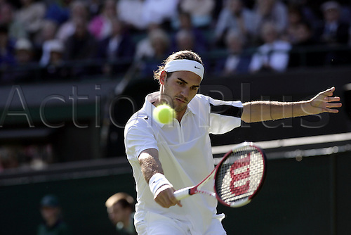 24 June 2004: Swiss player ROGER FEDERER (SUI) plays a  backhand during his second round win in the men's singles over Falla at the All England Lawn Tennis Championships, Wimbledon, London. Federer beat Falla 6-1, 6-2, 6-0 Photo: Glyn Kirk/Action Plus...player 040624 Grand Slam Tennis