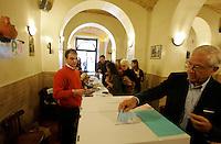 Operazioni di voto in occasione delle elezioni primarie in un seggio allestito in un'osteria nel rione di Trastevere, Roma, 25 ottobre 2009..Primary elections of the Democratic Party in Rome, 25 october 2009..UPDATE IMAGES PRESS/Riccardo De Luca