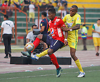 BUCARAMANGA-COLOMBIA-31-01-2016. Jair Palacios (Der) jugador del Atlético Bucaramanga disputa el balón con Johan Arango (Izq) jugador de Independiente Medellín durante partido por la fecha 1 de la Liga Águila I 2016 jugado en el estadio Alfonso López de la ciudad de Bucaramanga./ Jair Palacios (R) player of Atletico Bucaramanga struggles the ball with Johan Arango (L) player of Independiente Medellin during match for the date 1 of the Aguila League I 2016 played at Alfonso Lopez stadium in Bucaramanga city. Photo: VizzorImage / Duncan Bustamante / Cont