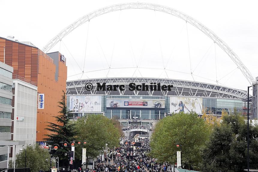 Fans stroemen zum NFL International Game ins Londoner Wembley Stadion