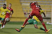 BOGOTÁ -COLOMBIA-30-11-2015. Edis Ibarguen (Der.) de Fortaleza FC dispara para anotar gol frente a Jose Moya (Izq.) de Leones FC durante partido por la fecha 6 de los cuadrangulares finales del Torneo Águila 2015 jugado en el estadio Metropolitano de Techo en Bogotá./ Edis Ibarguen (R) of Fortaleza FC shoots to score a goal in front of Jose Moya (L) of Leones FC during the match for the date 6 of the final quadrangulars of Aguila Tournament 2015 played at Metropolitano de Techo stadium in Bogota. Photo: VizzorImage / Gabriel Aponte / Staff