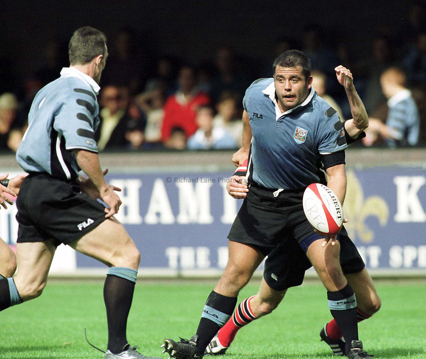 Photo : Garvin Davies.Cardiff v Edinburgh Welsh/Scottish League 02-09-00.Cardiff Prop Gary Powell looks to feed the ball to Rob Howley as Cardiff charge forward