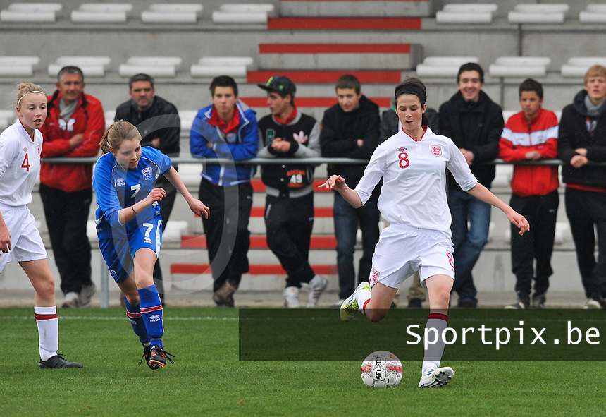 UEFA Women's Under 17 Championship - Second Qualifying round - group 1 : England - Iceland : .Abbey-Leigh  Stringer aan de bal voor Lara Einarsdottir.foto DAVID CATRY / Vrouwenteam.be