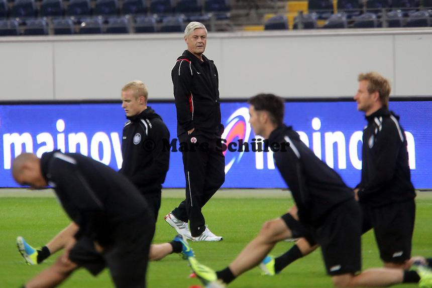 Trainer Armin Veh sieht seiner Mannschaft beim Training zu (Eintracht) - Training zur Begegnung der Europa League Eintracht Frankfurt vs. Girondins Bordeaux