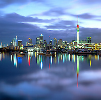 New Zealand, North Island, Auckland: City Scape across Water at Dusk | Neuseeland, Nordinsel, Auckland: Skyline am Abend