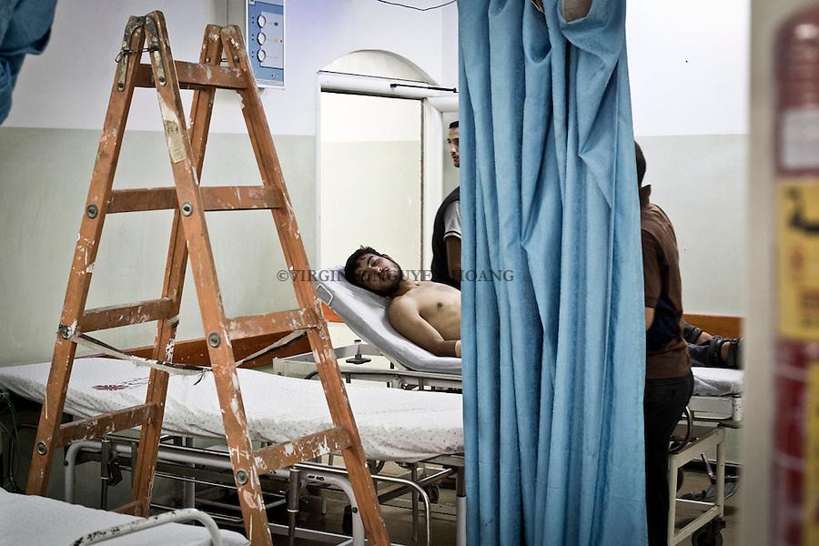 GAZA: Alors que des bless&eacute;s arrivent au service des urgences de l'h&ocirc;pital Al Awda, un ventilateur est en cour de r&eacute;paration. <br /> <br /> GAZA: While wounded people arrive at the emergency department of the Al Awda hospital, a fan is being repaired.