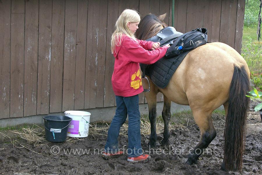 Wanderritt mit Pony in Nord-Norwegen, Skandinavien, Mädchen sattelt ihr Pony, Wander-Ausritt, Ausritt, Reiten