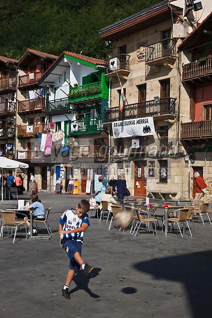 Europe/Espagne/Pays Basque/Guipuscoa/Pays Basque/Pasaia Donibane: Enfant jouant au football et Maisons du quartier des pêcheurs