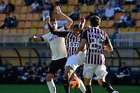 SÃO PAULO, SP, 28 DE JULHO DE 2013 - CAMPEONATO BRASILEIRO - CORINTHIANS x SÃO PAULO: Paulo André (e) Reinaldo (c) e Fabricio (d)durante partida Corinthians x São Paulo, válida pela 9ª rodada do Campeonato Brasileiro de 2013, disputada no estádio do Pacaembu em São Paulo. FOTO: LEVI BIANCO - BRAZIL PHOTO PRESS.