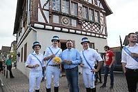 Kerwevadder Heiko Fischer bei Bürgermeister Andreas Rotzinger am historischen Rathaus Büttelborn