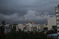 SAO PAULO, SP, 18 DE DEZEMBRO DE 2012 - CLIMA TEMPO - Nuvens carregadas sao vistas sob a regiao da av paulista, nesta tarde de quarta-feira (18), segundo o Centro de Gerenciamento de Emergencia - CGE, bairros da zona leste e a zona central estao em estado de atencao. FOTO RICARDO LOU - NEWS FREE