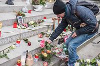 Offizielles Gedenken durch berliner Politiker am 2.Jahrestag des Terroranschlag durch den islamistischen Terroristen Anis Amri auf den Weihnachtsmarkt am Berliner Breitscheidplatz am 19. Dezember 2016.<br /> Im Bild: Ein Hinterbliebener legt fuer einen Angehoerigen Blumen nieder.<br /> 19.12.2018, Berlin<br /> Copyright: Christian-Ditsch.de<br /> [Inhaltsveraendernde Manipulation des Fotos nur nach ausdruecklicher Genehmigung des Fotografen. Vereinbarungen ueber Abtretung von Persoenlichkeitsrechten/Model Release der abgebildeten Person/Personen liegen nicht vor. NO MODEL RELEASE! Nur fuer Redaktionelle Zwecke. Don't publish without copyright Christian-Ditsch.de, Veroeffentlichung nur mit Fotografennennung, sowie gegen Honorar, MwSt. und Beleg. Konto: I N G - D i B a, IBAN DE58500105175400192269, BIC INGDDEFFXXX, Kontakt: post@christian-ditsch.de<br /> Bei der Bearbeitung der Dateiinformationen darf die Urheberkennzeichnung in den EXIF- und  IPTC-Daten nicht entfernt werden, diese sind in digitalen Medien nach &sect;95c UrhG rechtlich geschuetzt. Der Urhebervermerk wird gemaess &sect;13 UrhG verlangt.]
