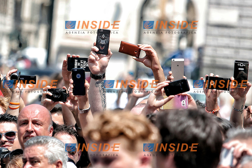 Migliaia di persone fanno foto con i telefonini<br /> Thousand of people taking pictures with smartphones<br /> Roma 30-06-2016 Chiesa degli Artisti, Funerali di Carlo Pedersoli, in arte Bud Spencer.<br /> Rome 30th June 2016. Church of Artists, Funeral of Carlo Pedersoli, alias Bud Spencer<br /> Photo Samantha Zucchi Insidefoto