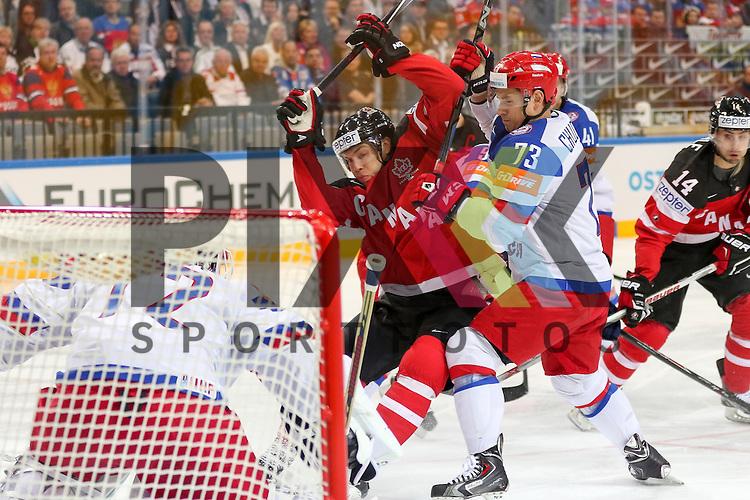 Russlands Chudinov, Maxim (Nr.73)(SKA St. Petersburg) verteidigt das Tor von Russlands Bobrovski, Sergei (Nr.72)(Columbus Blue Jackets)  im Spiel IIHF WC15 Finale Russia vs. Canada.<br /> <br /> Foto &copy; P-I-X.org *** Foto ist honorarpflichtig! *** Auf Anfrage in hoeherer Qualitaet/Aufloesung. Belegexemplar erbeten. Veroeffentlichung ausschliesslich fuer journalistisch-publizistische Zwecke. For editorial use only.