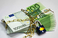 Soldi bloccati da un lucchetto. Money from a locked padlock....