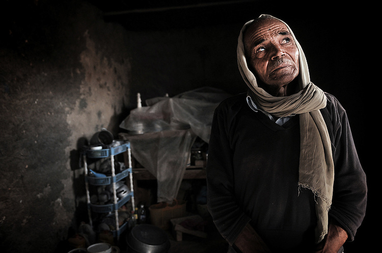 Vieil homme à la retraite dans sa maison à Métlaoui. En proie au chomage et à la corruption, la ville a subit un affrontement entre tribus rivales faisant 20 morts et plus d'une centaine de bléssés.