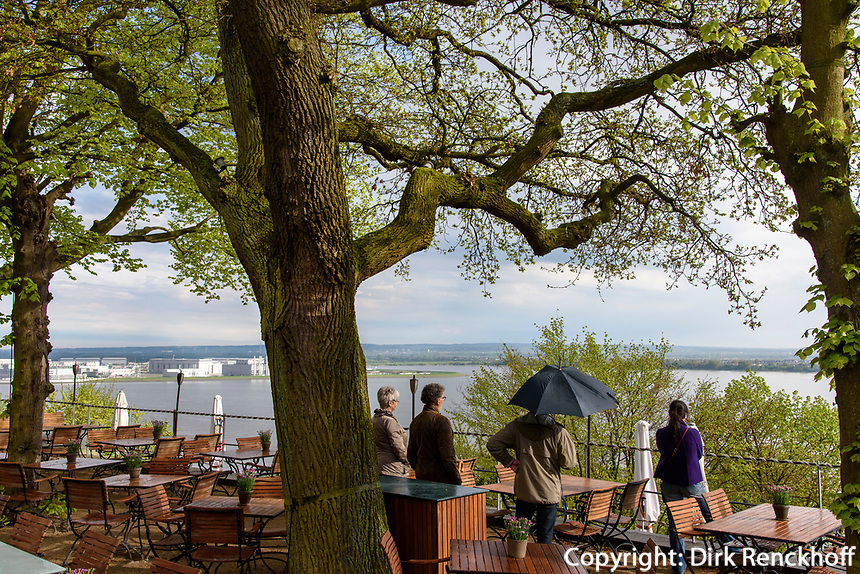 Blick auf die Elbe und Airbus-Werke vom Restaurant Hauser S&uuml;llberg, S&uuml;llbergsterrasse 12, Hamburg-Blankenese, Deutschland, Europa<br /> View on River Elbe, Restaurant Hauser S&uuml;llberg, S&uuml;llbergsterrasse 12, Hamburg-Blankenese, Germany, Europe