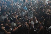 ATENÇÃO EDITOR: FOTO EMBARGADA PARA VEÍCULOS INTERNACIONAIS. - SAO PAULO)12 de dezembro 2012.(JOGO DO CORINTHIANS) Torcedores corintianos comemora GOL na sede da Gaviões da Fiel, em São Paulo, na madrugada desta quarta-feira (12), para assistir à partida contra o time egípcio Al-Ahly, válida pela semifinal do Mundial de Clubes da FIFA 2012, no Japão. A partida está marcada para 8h30, horário de Brasília... FOTO: ADRIANO LIMA / BRAZIL PHOTO PRESS).