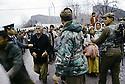 Turquie 1991.Les réfugiés kurdes sur la frontière attendant la distribution de nourriture.Turkey 19991.Kurdish refugees on the border waiting for food