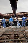 AMSTERDAM - In de bouwput Sixhaven in Amsterdam-Noord werken medewerkers van de Zinktunnel Noord/Zuidlijn Kombinatie aan de 140 meter lange tunnelelementen van de Noord/Zuidlijn. Afgelopen zomer zijn in opdracht van het projectbureau Noord/Zuidlijn de eerste twee betonnen bakken uit de onder water gelopen bouwput met hulp van schepen tijdelijk naar het Westelijk Havengebied zijn vervoerd voor opslag. Momenteel werkt men verder aan de tunnelelementen voor in het IJ en het grootste element dat later onder het Centraal Station geschoven gaat worden. De bijna tien kilometer lange ondergrondse metrolijn moet in 2011 klaar zijn, gaat ongeveer 1,5 miljard euro kosten en moet het reizen in de stad aantrekkelijker en sneller maken voor bewoners en toeristen. COPYRIGHT TON BORSBOOM