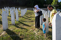 SREBRENICA VENTI CHE SCUOTONO IL SILENZIO NELLA FOTO UNA FAMIGLIA PREGA DAVANTI ALLA TOMBA DEL PROPRIO CARO NEL MEMORIALE DEL MASSACRO DI SREBRENICA POTOČARI 02/06/2015 FOTO MATTEO BIATTA<br /> <br /> SREBRENICA WINDS THAT SHAKE THE SILENCE IN THE PICTURE A FAMILY PRAYING IN FRONT OF THE TOMB OF YOUR BELOVED ON THE MEMORIAL OF SREBRENICA MASSACRE POTOČARI 02/06/2015 PHOTO BY MATTEO BIATTA