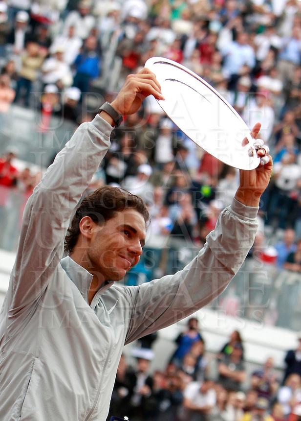 Lo spagnolo Rafael Nadal, sconfitto nella finale maschile degli Internazionali d'Italia di tennis a Roma, 18 maggio 2014.<br /> Spain's Rafael Nadal holds his trophy after being defeated in the men's final match of the Italian open tennis tournament, in Rome, 18 May 2014.<br /> UPDATE IMAGES PRESS/Isabella Bonotto